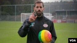 ფეხბურთის ყოფილი ვარსკვლავი რუუდ ვან ნისტერლოი ჰომოფობიის წინააღმდეგ