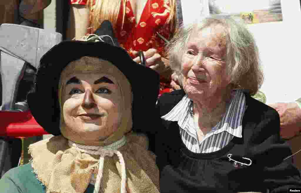 Ruth Duccini, 95 tuổi, đã từng thủ vai Munchkin Town Lady trong bộ phim 'The Wizard of Oz' cách nay mấy chục năm, chụp hình chung với nhân vật 'Tin Man' tại buổi công chiếu phiên bản mới của bộ phim này ở Hollywood, California.