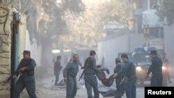 Polisi Afghanistan mengangkat seorang korban yang terluka akibat ledakan bom di Kabul, Afghanistan, 31 Oktober 2017.
