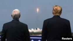 美國總統特朗普和副總統彭斯5月30日在佛羅里達州肯尼迪宇航發射中心觀看SpaceX宇航公司成功將兩名美國宇航員送入太空。