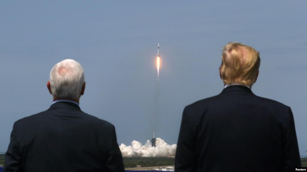 Tổng thống Mỹ Donald Trump và Phó Tổng thống Mỹ Mike Pence theo dõi vụ phóng tên lửa Falcon 9 của SpaceX Falcon 9 và phi thuyền Crew Dragon tại Trung tâm Không gian Kennedy ở Cape Canaveral, bang Florida, ngày 30 tháng 5, 2020.