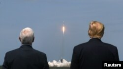 پرزیدنت ترامپ و مایک پنس معاون او در این رویداد تاریخی حضور داشتند