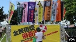 支持和反对政改的民众在立法会外集会造势 (博讯/美国之音图片 )