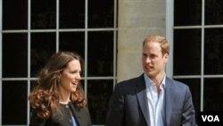 Pasangan Duke dan Duchess of Cambridge bergandengan tangan di Istana Buckingham, London (30/4). Mereka akan memulai bulan madu di tempat yang dirahasiakan.
