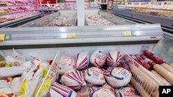 Uvozni mesni proizvodi u supermarketu u Novosibirsku, oko 2,800 kilometara od Moskve.