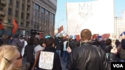 4月13日莫斯科举行有千人参加的要求新闻自由集会。左边妇女背后的标语是,不想生活在朝鲜。(美国之音白桦拍摄)