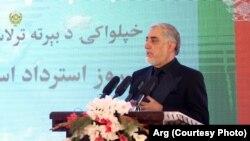 عبدالله عبدالله، رئیس اجرائیه حکومت افغانستان، حین سخنرانی در قصر دارالامان در ۹۹ مین سالروز استرداد استقلال افغانستان