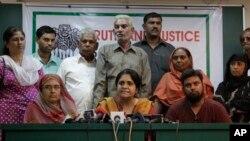 인도 비정부기구 '사브랑'의 티스타 세탈바드 대표(가운데)가 지난 2010년 인도 아흐마다바드에서 기자회견을 하고 있다. (자료사진)