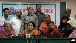 Teesta Setalvad (tengah) dalam konferensi pers tahun 2010 di Ahmadabad, India (Foto: dok). India telah membatasi aktivitas pendant dari Yayasan Ford Foundation, karena memberikan bantuan dana untuk yayasan LSM Sabrang yang didirikan Setalvad ini.