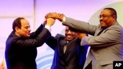 2015年3月23日苏丹总统巴希尔(中)埃及总统塞西(左),埃塞俄比亚总理德萨莱尼(右)签约周一达成共享尼罗河协议后手拉手