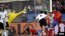 Carles Puyol (posisi merangkak di lapangan) setelah memasukkan gol kemenangan Spanyol melalui sundulan kepala.