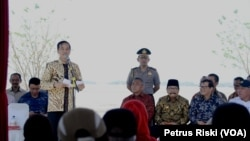 Presiden Joko Widodo menyampaikan pesan-pesan kepada penyintas lumpur Lapindo di titik 25 Kecamatan Porong Sidoarjo, Selasa 25 Agustus 2015 (Foto: VOA/Petrus Riski)