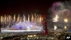 Kembang api menghiasi langit London dalam pesta penutupan Olimpiade Musim Panas 2012 yang berlangsung semalam (13/8).