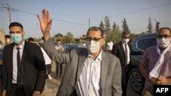 Saad-Eddine El Othmani, Premier ministre marocain et président du Parti islamiste pour la justice et le développement (PJD), salue la population lors d'un meeting de campagne à Sidi Slimane, à quelque 120 km de Rabat, le 27 août 2021.