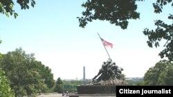 ອະນຸສາວະລີ Iwo Jima ຂອງ ທະຫານມາຣິນ ທີ່ເມືອງ Arlington. ຢູ່ເບື້ອງຫລັງນັ້ນແມ່ນ ນະຄອນຫລວງ ວໍຊິງຕັນ ດີ.ຊີ