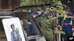 Un garde forestier kenya saluant la dépouille de Wangari Maathai au parc Uhuru de Nairobi