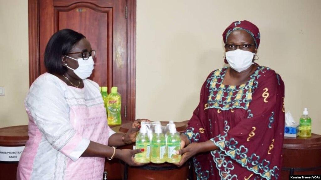 La ministre de la Promotion de la femme remettant des kits aux responsables des femmes, à Bamako, le 15 avril 2020. (VOA/Kassim Traoré)