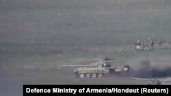 Кадр з відео, оприлюдненого Міністерством Оборони Вірменії, який, як говориться у повідомленні, показує азербайджанський танк та військовий персонал у Нагірному Карабаху. 27 вересня 2020