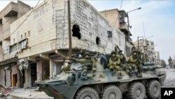 Rus ordusuna ait tank Şam sokaklarında. Humus'un kuzeyinde Rus ordusu gözlem ve kontrol noktaları oluşturmaya başladı