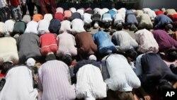 新疆穆斯林在清真寺里做礼拜(资料照片)
