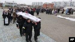 26일 우크라이나 마리우폴에서 반군의 포격으로 사망한 민간인 희생자의 장례식이 치뤄지고 있다.