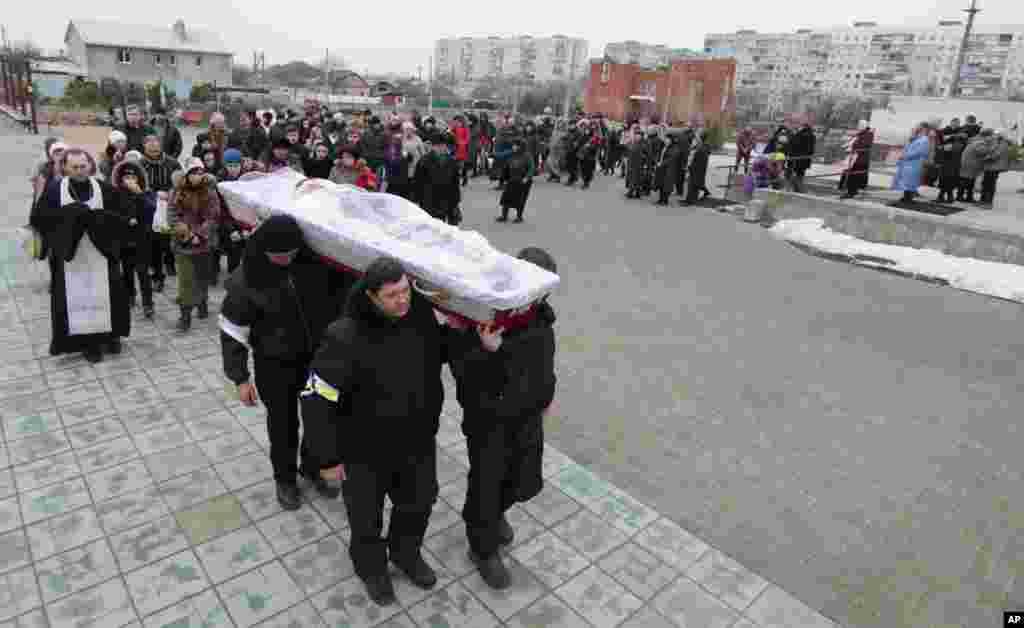 Ukraynalılar Mariopola edilən hücum zamanı ölən Olqa Abduraşidovanı dəfn edir - 26 yanvar, 2015.