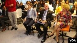 Arhiva - Premijerka Srbije Ana Brnabić i i ambasador SAD u Srbiji Kajl Skot na otvaranju Festivala filantropije, u Unikredit banci u Beogradu, 24. oktobra 2018. (VOA)