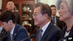 싱가포르를 국빈방문 중인 문재인 한국 대통령이 12일 이스타나 대통령궁에서 리셴룽 싱가포르 총리와 회담을 하고 있다. 그의 오른쪽으로 강경화 한국 외교부 장관.