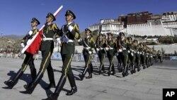 Polisi paramiliter China berbaris di wilayah otonomi Tibet (foto: dok). Aktivis Tibet menuduh polisi China menembaki demonstran.