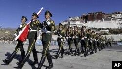 中国武警在拉萨布达拉宫前举行升旗仪式 (资料照片)