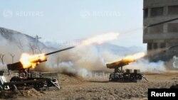 Corea del Norte colocó su artillería y sus cohetes en posición de combate.