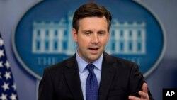 조시 어니스트 미국 백악관 대변인이 지난 13일 정례브리핑에서 기자들의 질문에 답하고 있다. (자료사진)