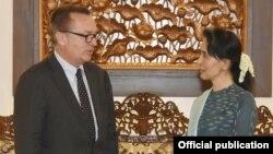 ႏို္င္ငံေတာ္အတုိင္ပင္ခံပုဂၢိဳလ္နဲ႔ ကုလႏိုင္ငံေရးရာဌာန အၾကီးအကဲတို႔ Mr. Jeffrey Feltman ေတြ႔ဆံု(MOI Webportal Myanmar)