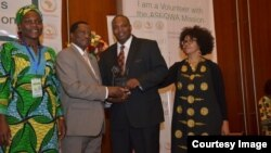 Zimbabwean Dr Pride Chigwedere receives a recognition medal on behalf of UNAIDS