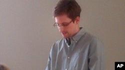 12일 모스크바 공항에서 열린 기자회견에 모습을 드러낸 에드워드 스노든.