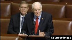 24일 미 하원 전체회의에서 한국전 참전용사를 위한 추모벽 건립 법안을 발의한 샘 존슨 의원이 발언하고 있다.