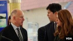 加州州长布朗(左)和参议员德里昂(美国之音国符拍摄)