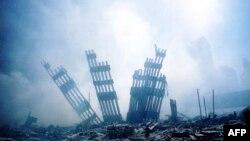 بقایای برج های دوقلو موسوم به مرکز تجارت جهانی در نیویورک پس از حمله تروریست های القاعده در ۱۱ سپتامبر ۲۰۰۱