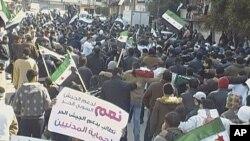 Người biểu tình chống Tổng thống Syria Bashar al-Assad sau buổi cầu nguyện thứ Sáu, với biểu ngữ ủng hộ Quân đội Tự do Syria, ở Al Qusour, Homs, Syria, 2/3/2012
