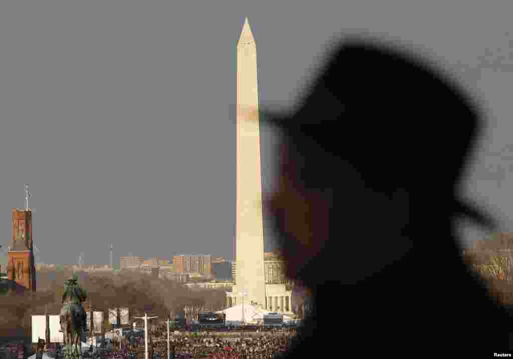 With the Lincoln Memorial and Washington Monument in the background, Jesse Jackson looks out from the U.S. Capitol in Washington January 21, 2013. U.S. President Barack Obama will be sworn-in here today
