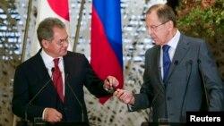 Menhan Rusia Sergey Shoigu (kiri) dan Menlu Rusia Sergey Lavrov memimpin delegasi Rusia dalam kunjungan 2 hari ke Mesir (foto: dok).