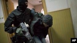 La policía escolta a un hombre que se cree participó en el asesinato de Boris Nemtsov.