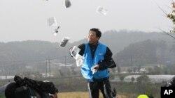 Pembelot Korut, Park Sang-hak meluncurkan selebaran-selebaran propaganda anti-Pyongyang dari Paju, Korea Selatan (22/10).