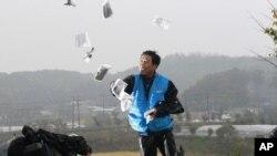 Ông Park Sang-hak, một người từ miền bắc đào thoát sang miền nam, ném các truyền đơn chống Bắc Triều Tiên trên một con đường ở Paju gần khu phi quân sự 22/10/12