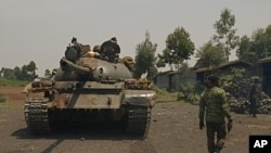 A Congolese government tank prepares to deploy for fighting against M23 rebels, at an operating base in Kanyaruchinya, north of Goma, eastern Democratic Republic of Congo, Aug. 23, 2013.