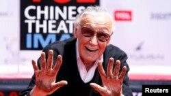 Stan Lee menunjukkan tangannya di acara cetak tangan di bioskop TCL di Los Angeles, 18 Juli 2017.