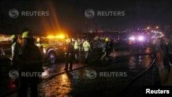 Des secouristes débarrassent les débris après un incendie impliquant un camion-citerne le long de la voie express Lagos-Ibadan dans l'axe Ojodu de Lagos (Nigéria) le 28 juin 2018. REUTERS / Akintunde Akinleye