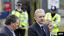 Основатель Wikileaks Джулиан Ассандж (в центре) у здания суда в Лондоне. Великобритания. 11 января 2011 года