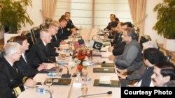 وزیرِ دفاع جم میٹس کی وزیرِاعظم عباسی اور کابینہ کے ارکان سے ملاقات