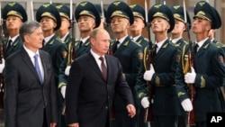 Владимир Путин(справа) и Алмазбек Атамбаев